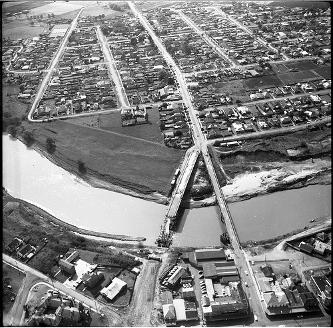New and old Belmore Bridge from the air, Maitland, NSW, Australia, 1963