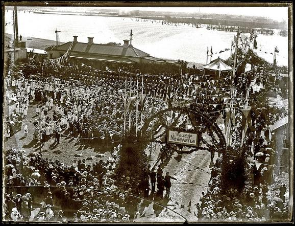 Waiting for royals at Honeysuckle, Newcastle, NSW, 25 May 1901